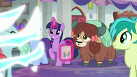 Ocellus turns back into a changeling S9E7