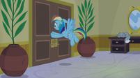 Rainbow Dash gently closing the door S8E5