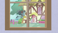 Spike and Gabby deliver mail to Rainbow Stars S9E19