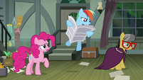 A. K. Yearling looks away as Rainbow Dash reads S7E18