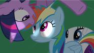 S02E21 Twilight pochyla się nad głową Rainbow