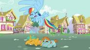S03E05 Rainbow Dash przelatuje nad przestraszonymi źrebakami