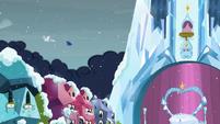 Princesses Celestia and Luna flies off S6E2