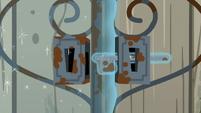 Gate lock telekinetically being unlocked S7E25