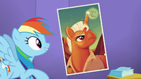 Rainbow looks at a poster complimenting it S5E19