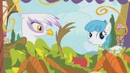S01E05 Gilda i Lightning Bolt przy stoisku warzywami