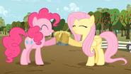 S02E15 Fluttershy i Pinkie piją sok