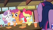 S04E15 Scootaloo pozuje ku niezadowoleniu Apple Bloom.png