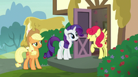 Strawberry Sunrise happily greeting Rarity S7E9