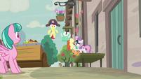 Sweetie Belle shushing Apple Bloom S7E8