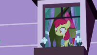 Apple Bloom sees something flying at her S8E25