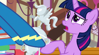 Twilight confused by Rainbow's trophy S8E18