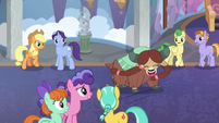 Yona excited to meet ponies S8E1