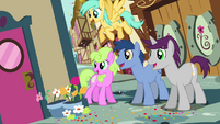 Crowd of ponies looking around corner S4E12