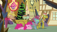 Pinkie Pie tries to snap the Cakes out of it S9E2