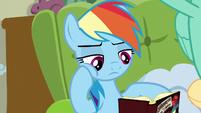 Rainbow reading a Daring Do book S6E11