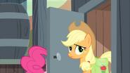 S02E14 Applejack wychodzi z toalety