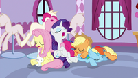 Ponies sleeping at Carousel Boutique S9E7