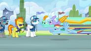 S03E07 Rainbow Dash i Lighting wyprzedzają Cloudchaser