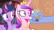 S04E11 Discord pokazuje księżniczkom szklankę