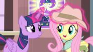 S04E11 Twilight poprawia Fluttershy kapelusz