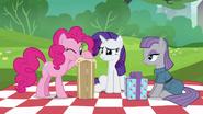 S06E03 Pinkie Pie patrzy na prezent