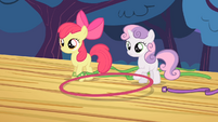 Apple Bloom and Sweetie Belle lifts the hoop S4E05