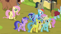 Rainbow Dash trying to move past crowd S4E22