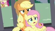 S04E26 Applejack przytula płaczącą Fluttershy