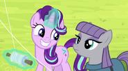 S07E04 Starlight cieszy się, że Maud zostaje w Ponyville