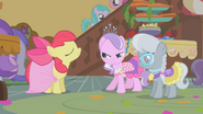 S01E12 Apple Bloom w sukience z obrusu
