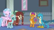 S08E01 Silverstream, Yona i Ocelka dołączają się do Smolder i Gallusa