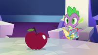 Spike looking at the apple S7E2