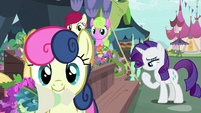 Sweetie Drops trots away with a bouquet S7E19