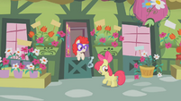 S01E12 Apple Bloom przed domem Twist