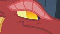 The dragon narrows its eyes S1E07