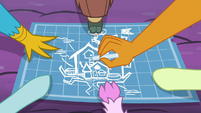 Young Six work together on blueprint S9E3