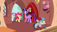 Twilight invites foals inside the library S4E15