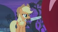 Applejack holding knife S4E07