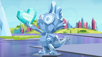 Crystal statue of Spike and Crystal Heart S6E16