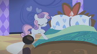 Sweetie Belle pulling down covers S4E19