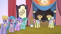 Ponies looking at Applejack S4E20