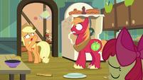 Applejack tosses pear jam to Big Mac S7E13