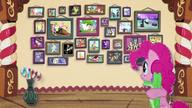 MAFH 03 Pinkie patrzy na ścianę pełną fotografii