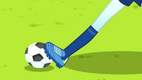 Rainbow Dash dribbling the soccer ball SS4