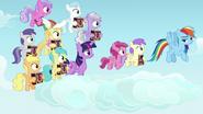S07E14 Rainbow i tłum jej małych fanek
