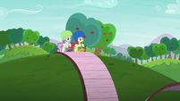 Apple Bloom and Sweetie Belle at the start of the track S6E4