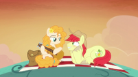 Bright Mac really enjoys Pear Butter's song S7E13