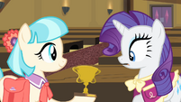 Coco presents a trophy to Rarity S4E08