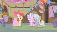 S01E12 Apple Bloom przed Diamond Tiarą i Silver Spoon